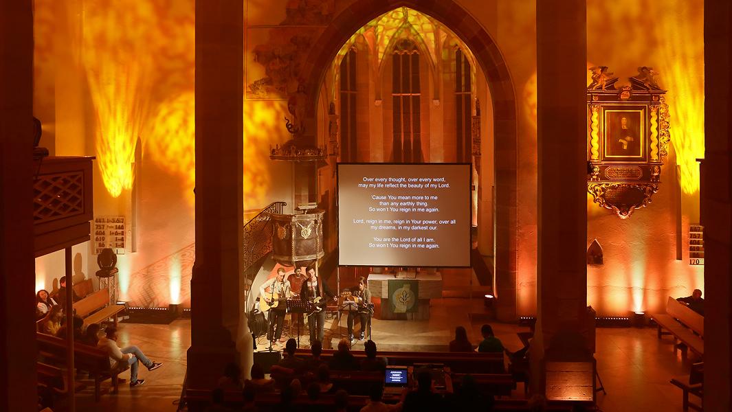 Jugendgottesdienst in illuminierter Kirche