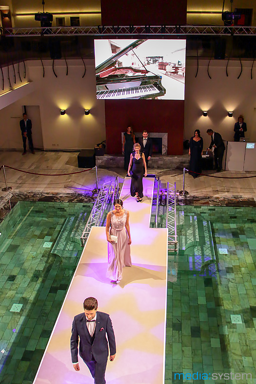 Modenschau mit Laufsteg übers Wasser