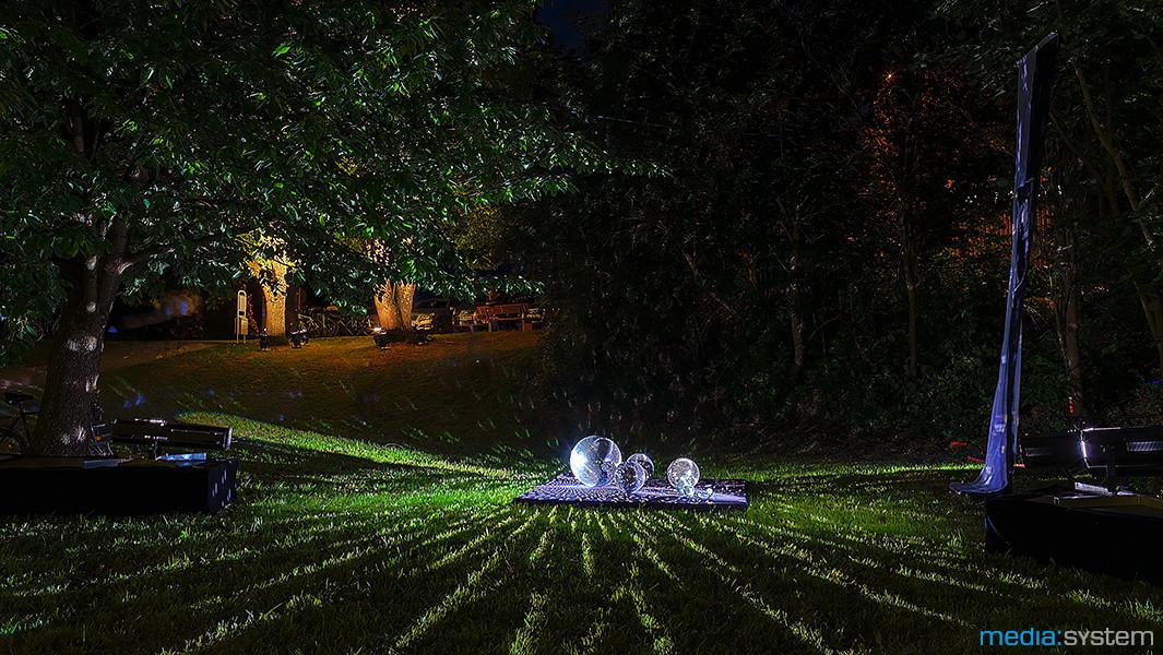 Kunstvolle Lichtinstallation aus Discokugeln